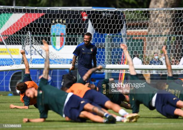 Assistant coach Italy Daniele De Rossi attends during a training session at Centro Sportivo Giulio Onesti on May 31, 2021 in Rome, Italy.