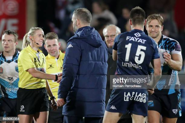Assistant coach of Bordeaux Joe Worsley congratulates referee Joy Neville after the European Challenge Cup match between Union Bordeaux Begles and...