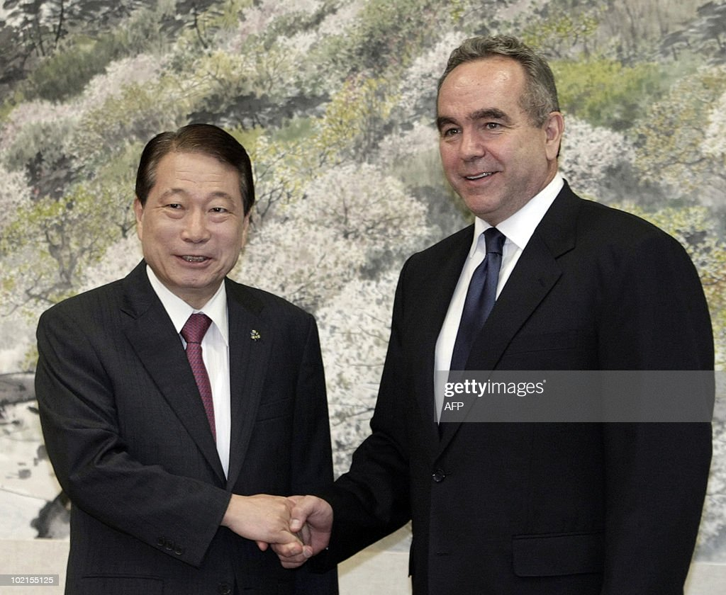 US assistant secretary of state Kurt Campbell (R) shakes hands with South Korean Foreign Minister Yu Myung-hwan during their meeting at the Foreign Ministry in Seoul on June 17, 2010. Campbell met with South Korean officials to discuss strategies to censure North Korea at the United Nations for the deadly sinking of a South Korean warship.