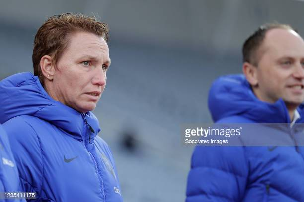 Assistant trainer Jessica Torny of Holland Women, Coach Mark Parsons of Holland Women during the World Cup Qualifier Women match between Iceland v...
