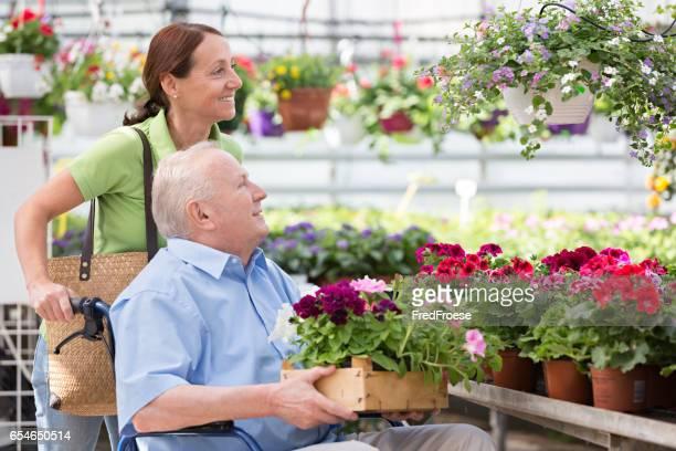 Asistida por vivir – cuidador hombre senior Compro flores