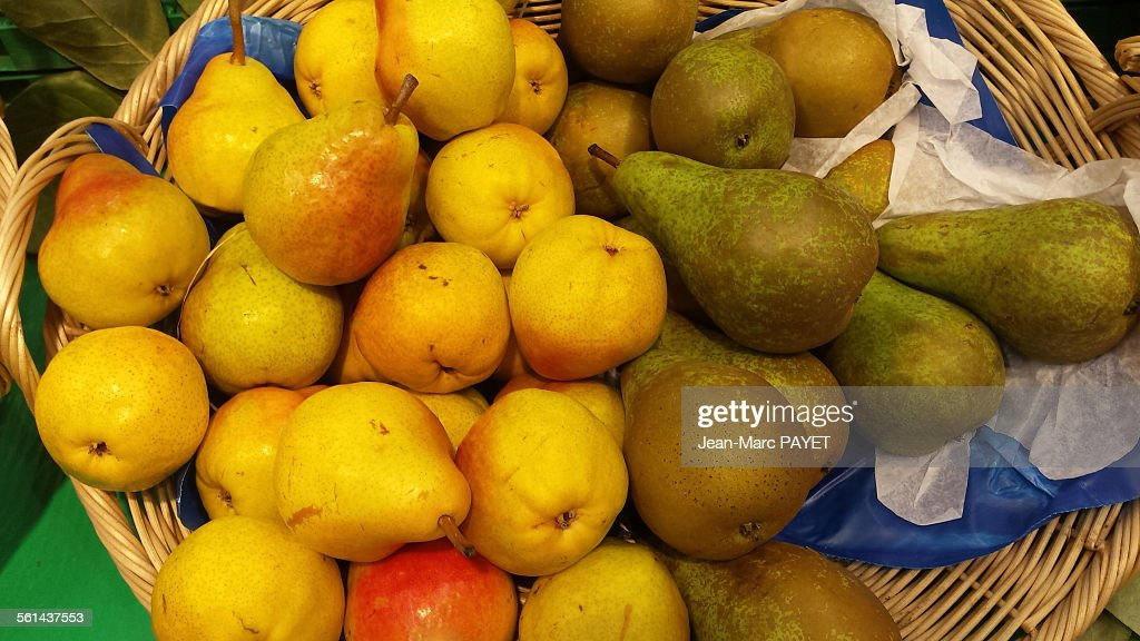 Assorted green and yellow pears in a wicker basket : Stock Photo
