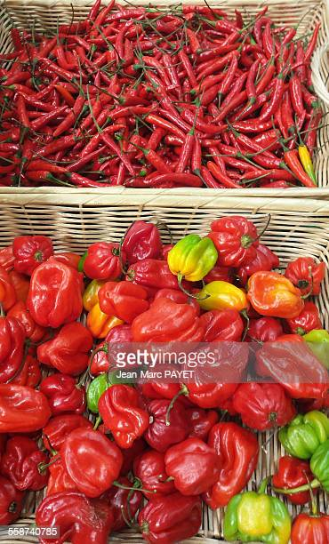assorted peppers on a market stall - jean marc payet photos et images de collection