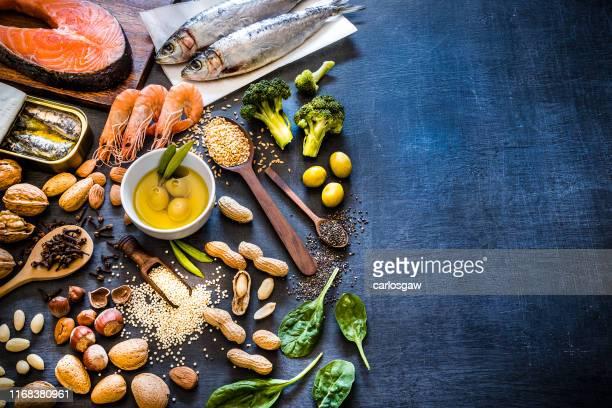 コピースペースを持つオメガ3が豊富な食品の品揃え - オキスズキ ストックフォトと画像