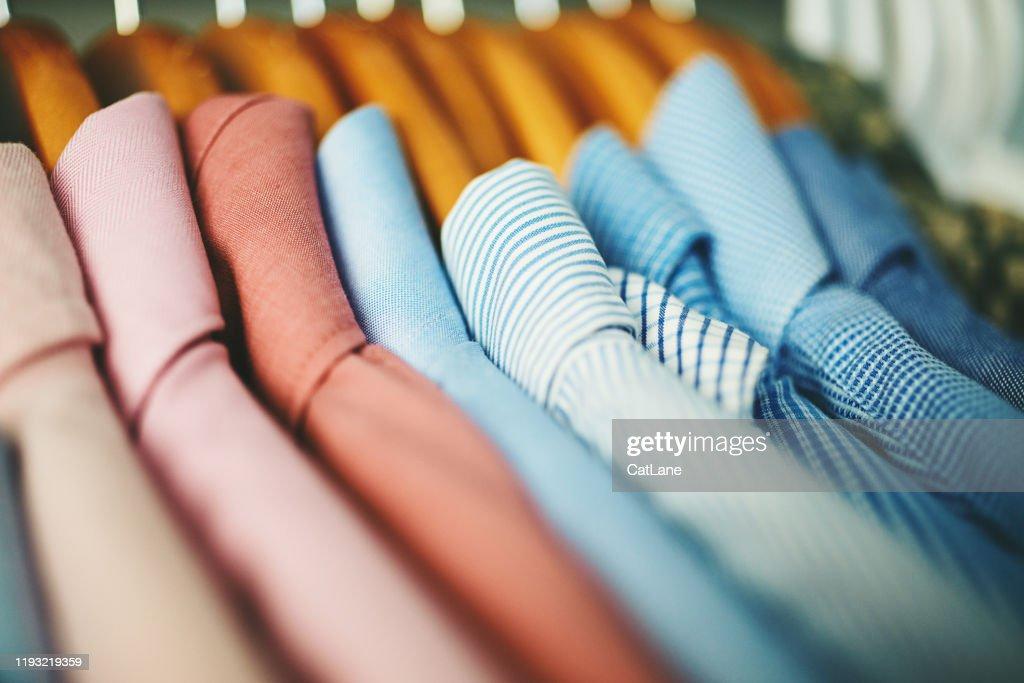 木製コートハンガーのメンズシャツの品揃え : ストックフォト