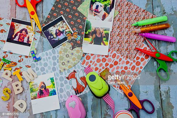 'assortment of scrapbooking tools including colored paper, pens, and scissors.click below for more of my scrapbooking and arts and crafts images: - arti e mestieri foto e immagini stock