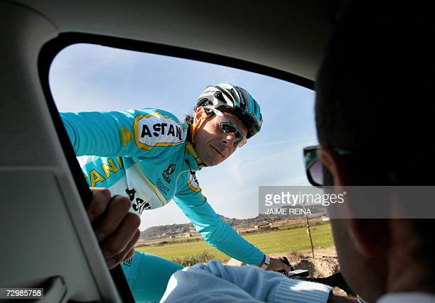 Astana's German rider Andreas Kloden talks with Astana team coach during a practice at Montuiri on the island of Mallorca, 12 January 2007. The...