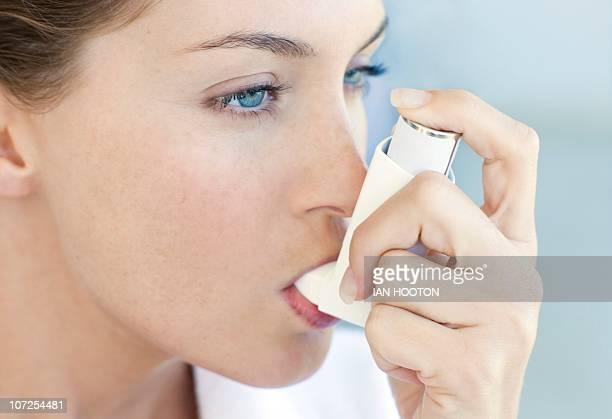 asthma inhaler use - bomba para asma imagens e fotografias de stock