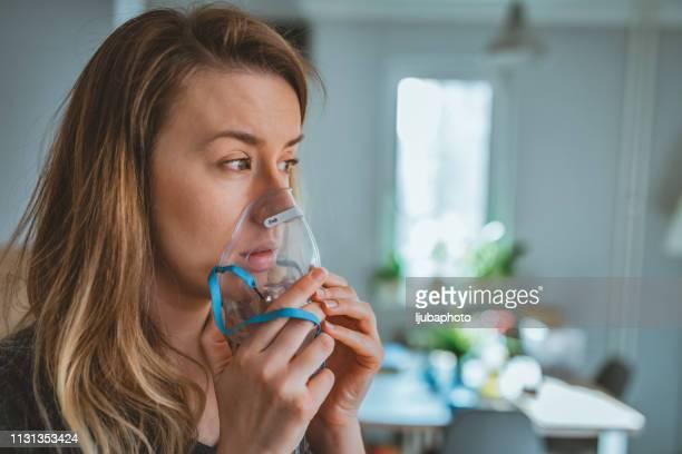 asthmatic woman - amigdalite imagens e fotografias de stock