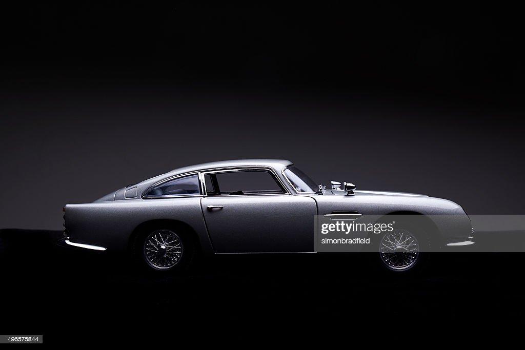 Aston Martin B5 Modell Low-Key-Seitenansicht : Stock-Foto