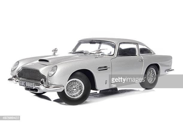 aston martin db5 classique james bond modèle de voiture de sport - james bond fictional character photos et images de collection