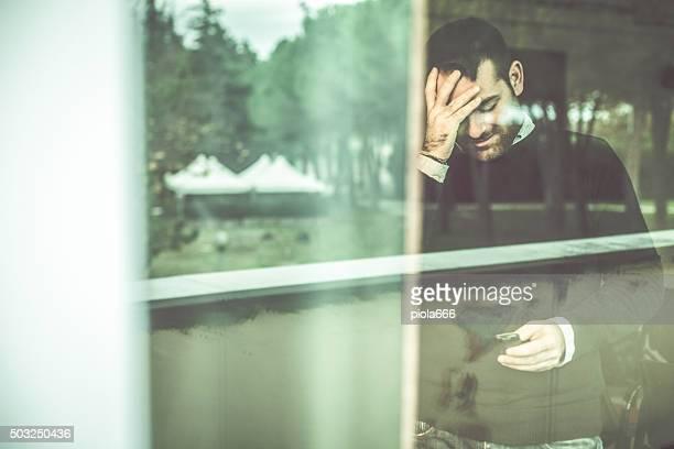 Erstaunt Mann am Telefon: Schlechte news