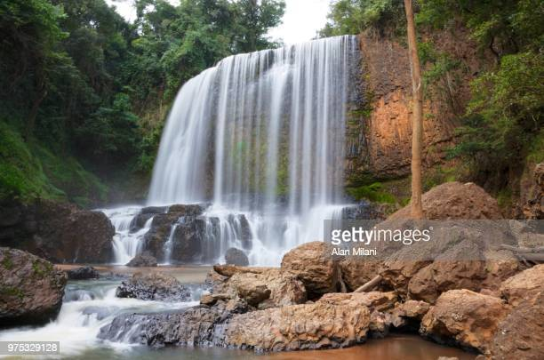 astor's waterfall in sao pedro - brazil - agua descendente fotografías e imágenes de stock