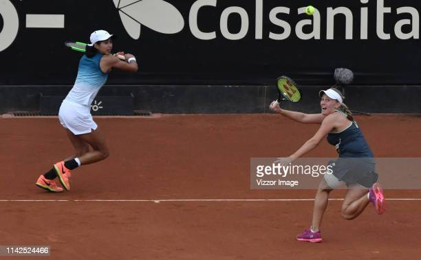 Astra Sharma y Zoe Hives play a point in their match for the doubles final against Hayly Carter and Ena Shibahara as part of the WTA Claro Open...