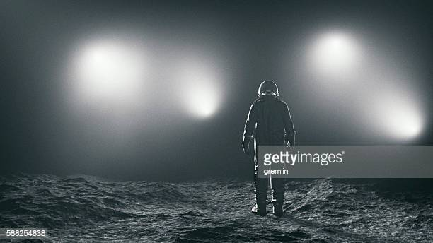 astronaut and the mysterious lights - astronauta fotografías e imágenes de stock