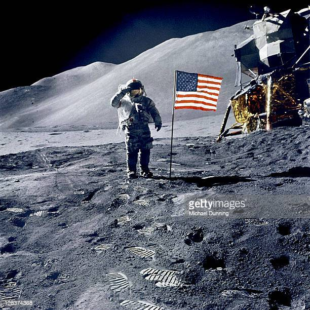 astronaut david scott salutes flag during apollo 15 mission. - 宇宙ミッション ストックフォトと画像