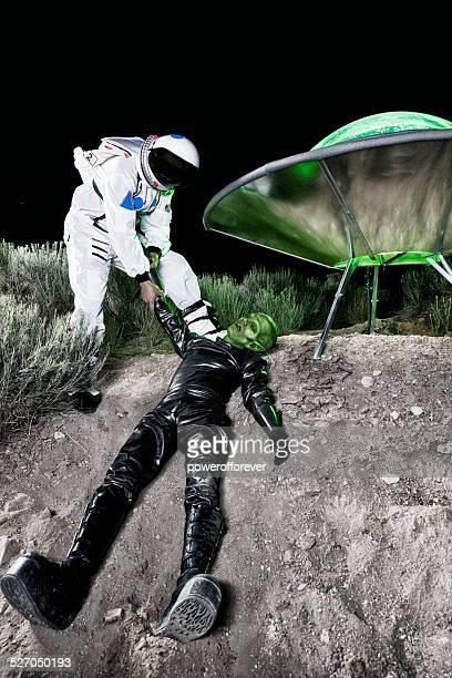 Astronauta arrastando Alien no local de aterragem
