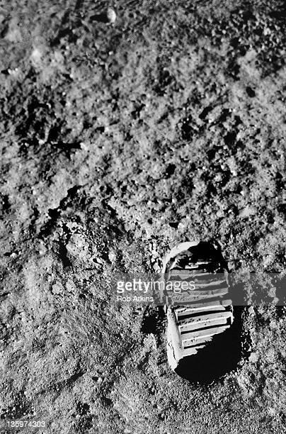 astronaut footprint on moon surface - moon surface - fotografias e filmes do acervo