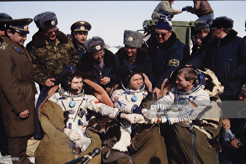Astronaut Krikalev returns to earth : Nachrichtenfoto