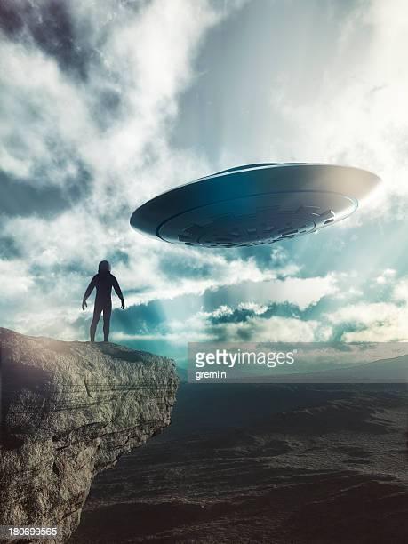宇宙飛行士になる ufo 遠くの地球 - 攻める ストックフォトと画像