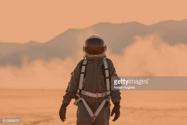 astronaut on mars - misión espacial fotografías e imágenes de stock