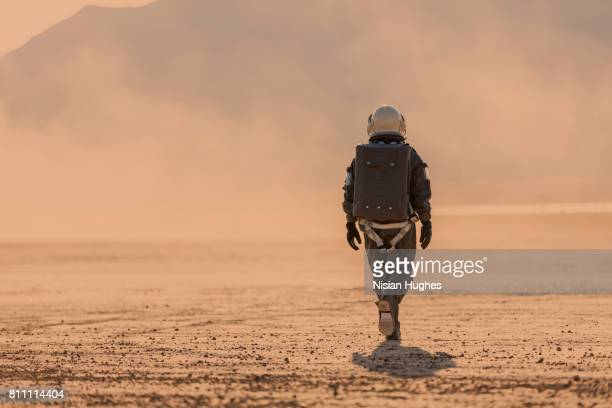 astronaut walking on mars - astronaut stock-fotos und bilder