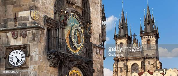 horloge astronomique de prague, en république tchèque, avec týn église - notre dame de tyn photos et images de collection