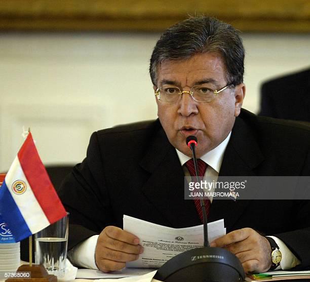 CORRIGE TEXTO El presidente de Paraguay Nicanor Duarte se dirige a los asistentes de una reunion de trabajo mantenida con sus homologos de Bolivia...