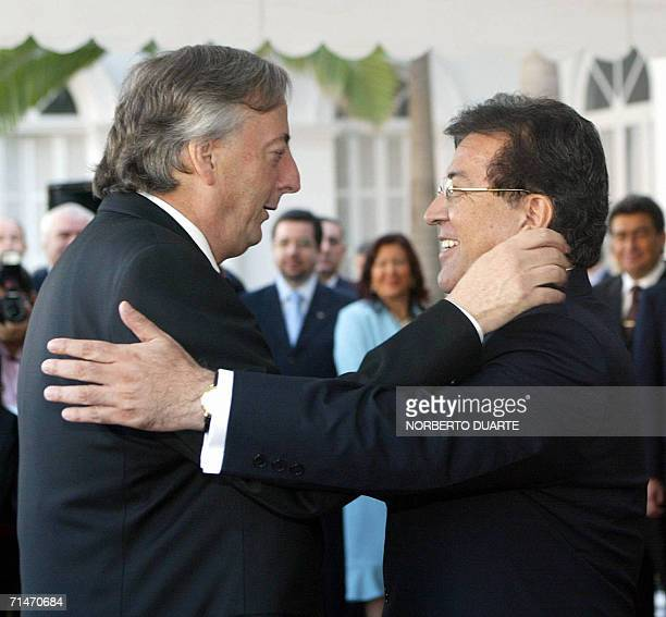 El presidente de Paraguay Nicanor Duarte , recibe a su homologo de Argentina Nestor Kirchner en el palacio de Gobierno el 18 de julio de 2006 en...