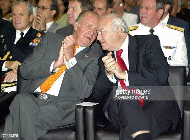 El rey Juan Carlos I de Espana dialoga con el ministro de Relaciones Exteriores espanol Miguel Angel Moratinos durante la inauguracion del Centro de...