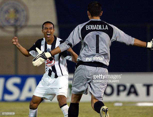 Emilio Hidalgo de Libertad de Paraguay festeja con el golero Aldo Bobadilla tras convertir su penal ante Tigres de Mexico durante el partido de...