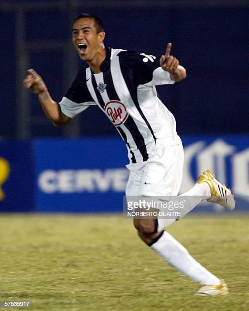 Emilio Hidalgo de Libertad de Paraguay festeja tras convertir su penal ante Tigres de Mexico durante el partido de vuelta de los octavos de final de...