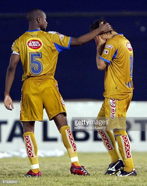 Emilio Martinez de Tigres de Mexico es consolado por su companero Julio Santos tras errar su penal ante Libertad de Paraguay durante el partido de...