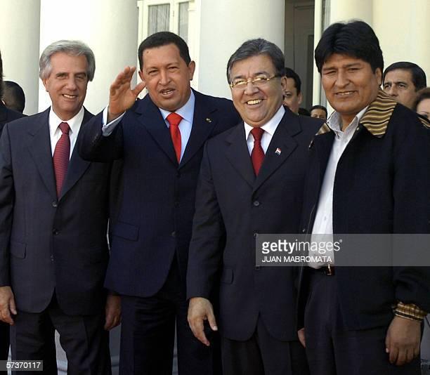 Los presidentes Tabare Vazquez de Uruguay, Hugo Chavez de Venezuela, Nicanor Duarte de Paraguay y Evo Morales de Bolivia, posan en la puerta del...
