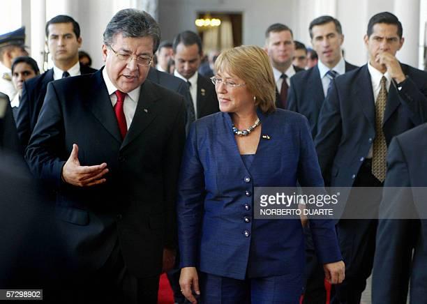 Michelle Bachelet , presidenta de Chile y el presidente paraguayo Nicanor Duarte hablan en palacio de gobierno el 10 de abril de 2006 en Asuncion....