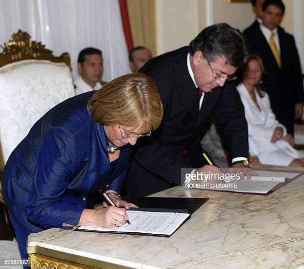 Michelle Bachelet , presidenta de Chile y el presidente paraguayo Nicanor Duarte firman documentos en palacio de gobierno el 10 de abril de 2006 en...