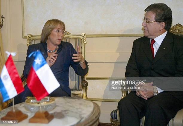 Michelle Bachelet presidenta de Chile y su homologo paraguayo Nicanor Duarte dialogan durante una reunion en el palacio de gobierno el 10 de abril de...