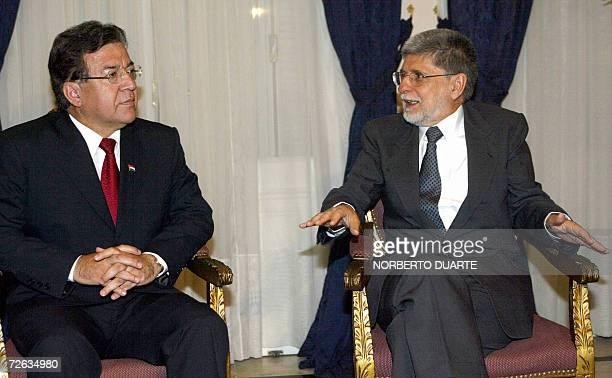 Nicanor Duarte Frutos presidente paraguayo, habla con Celso Amorim, canciller brasileno, en la residencia presidencial de Mburuvicha Roga, en...