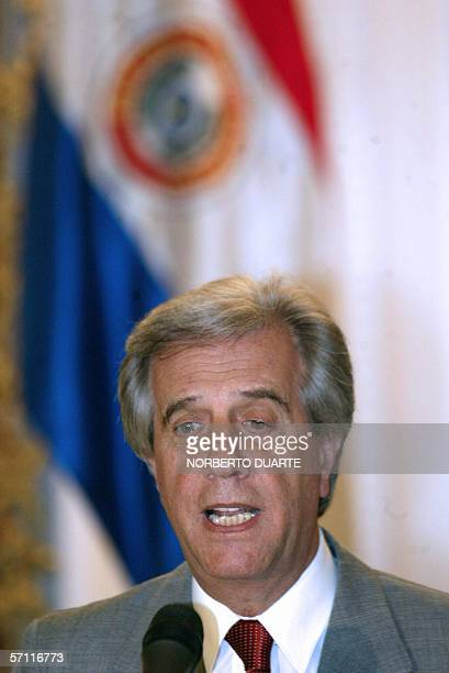 Tabare Vazquez presidente de Uruguay, dialoga con la prensa durante la conferencia de prensa en el palacio de gobierno el 17 de marzo de 2006 en...