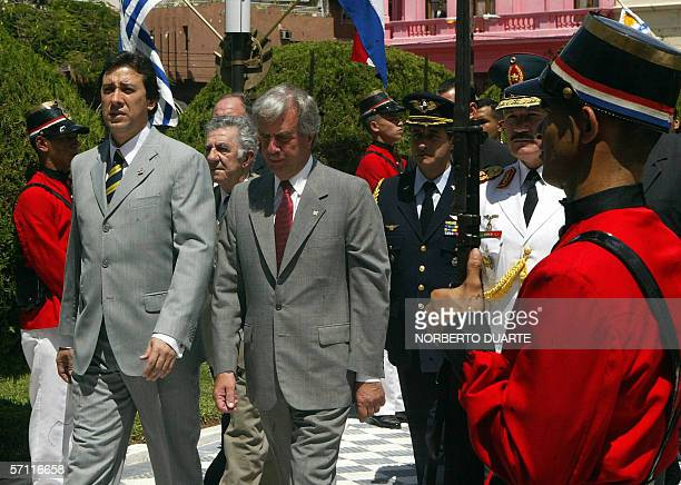 Tabare Vazquez presidente de Uruguay, llega acompanado por el ministro paraguayo del Interior Rogelio Benitez al palacio de Gobierno en Asuncion, el...