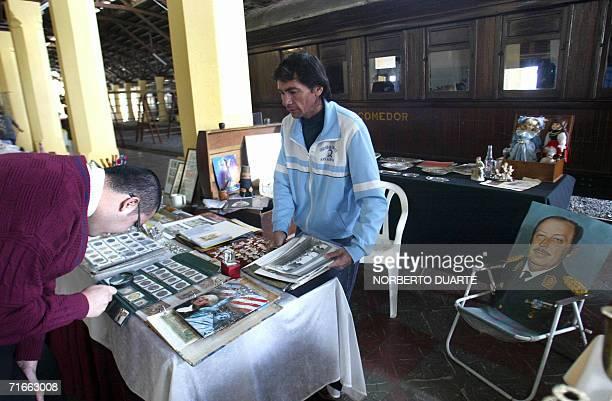 Un vendedor ofrece monedas con el rostro del ex dictador paraguayo Alfredo Stroessner y un retrato de este en Asuncion el 17 de agosto de 2006...