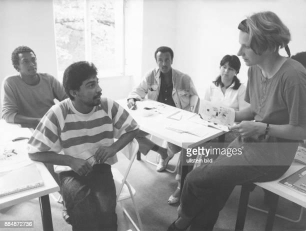 Asylbewerber werden in der Sprachenschule des Jüdischen Kulturvereins in der deutschen Sprache unterrrichtet August 1990