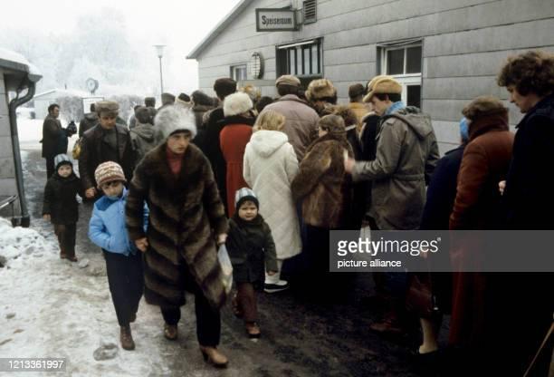 Asylsuchende Polen stehen im Schnee in einer langen Reihe bei der Essenausgabe an Aufnahme vom 13 Dezember 1981#10Deutschstämmige Übersiedler aus...