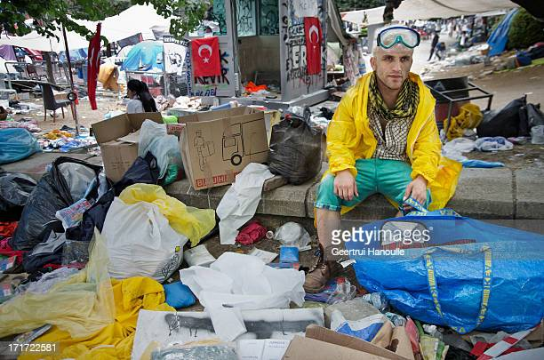 CONTENT] At 5 o'clock in the morning all exhausted protestors sit and lay scattered around in the rubble after a hard night with three waves of...