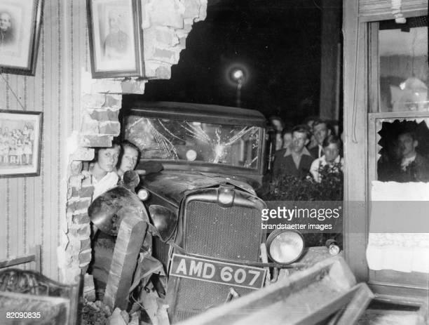 At a car crash a truck cracked in a house and broke through the walls into the living room [Bei einem Verkehrsunfall krachte ein Lastwagen in ein...