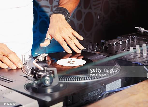 Um DJ numa discoteca