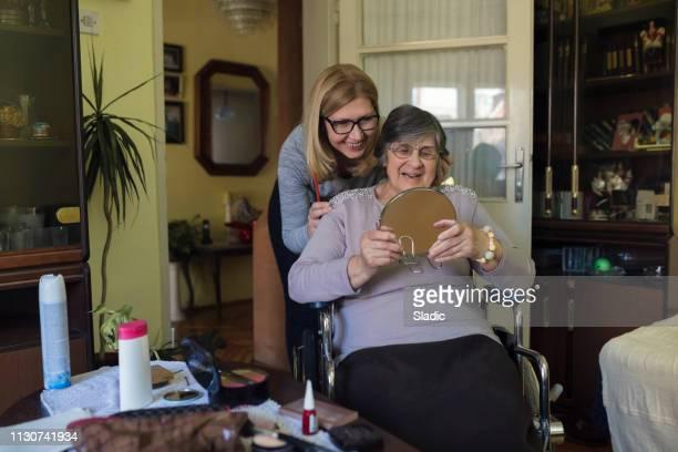 aidant à la maison - aide soignante photos et images de collection