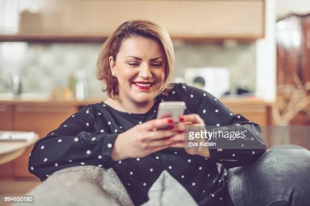 wie zu hause fühlen. - chubby woman stock-fotos und bilder