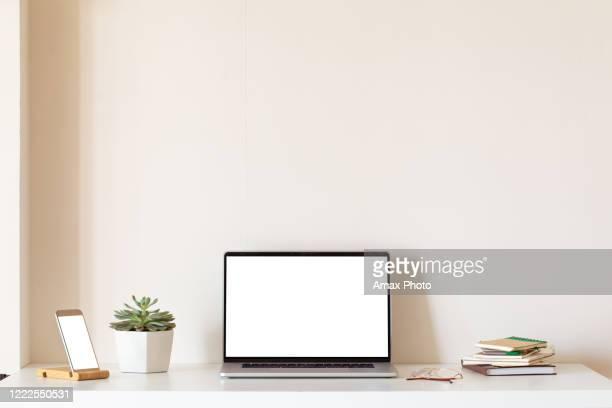 zu hause stillleben, gemütlicher arbeitsplatz mit laptop - schreibtisch stock-fotos und bilder
