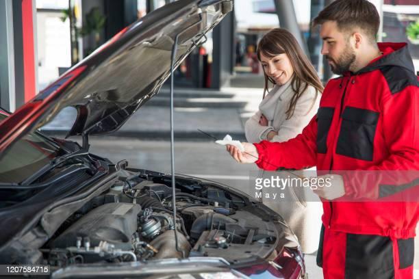 在加油站 - car lubricants 個照片及圖片檔